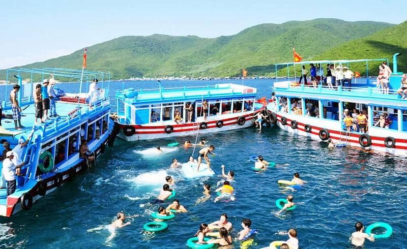 Bar nổi trên biển tour 4 đảo Nha Trang